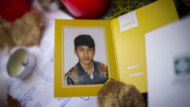 Eine Gedenkkarte mit dem Foto des verstorbenen Jonny K. liegt kurz nach dem Mord zwischen Blumen und Abschiedsbriefen am Alex.
