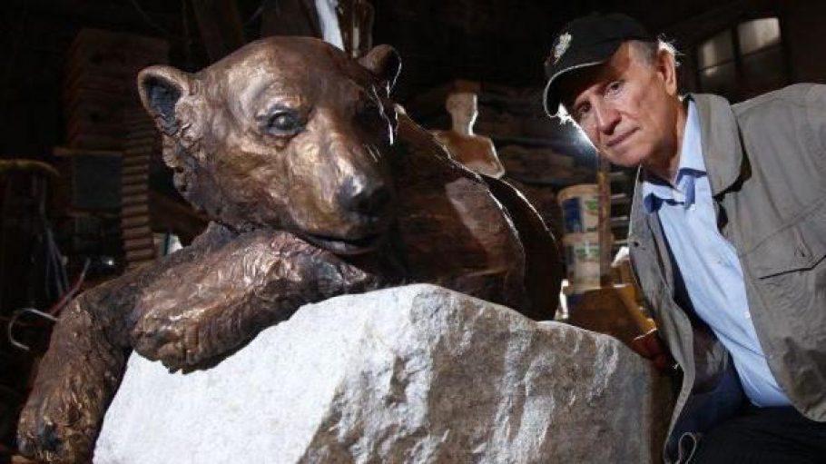 Künstler Josef Tabachnyk schuf eine Bronzestatue von Eisbär Knut, die nun im Berliner Zoo ausgestellt wird.