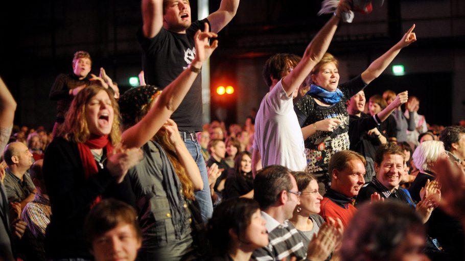 Bei wirklich guten Poetry Slams erhitzen sich schon mal die Gemüter im Publikum und es reißt die Menge von den Stühlen.