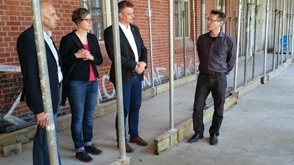 Bezirksbürgermeisterin Birgit Monteiro und das Mitglied des Abgeordnetenhauses Ole Kreins (Mitte) informieren sich auf der Südseite des Gebäudes über die neue Jugendherberge.