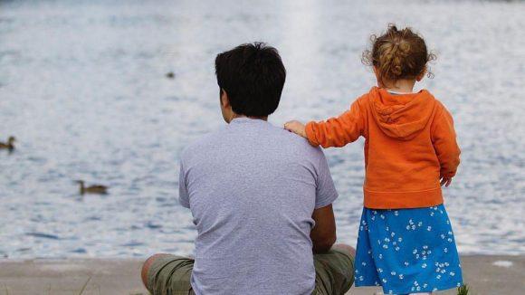Die Jugendhilfe AMSOC vermittelt Paten für Kinder psychisch kranker Eltern.