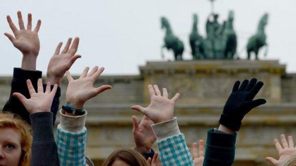 Für junge Leute ist das Brandenburger Tor DAS Wahrzeichen Berlins. Was sie sonst noch von der Stadt halten, zeigt eine neue Umfrage.