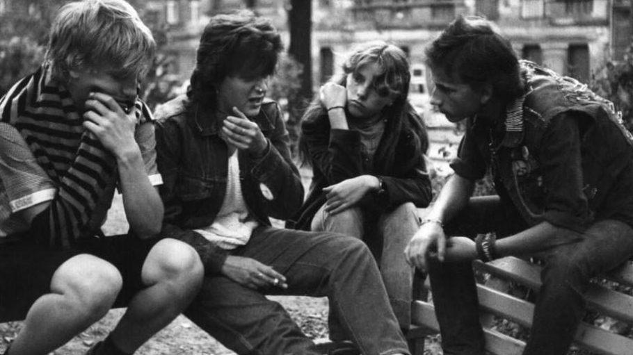 """Selbstgemachte Nieten-Weste und Nasenring statt Soja Chai-Latte. Der Film """"Auf dem Helmholtzplatz"""" erzählt, wie es in Prenzlauer Berg früher war."""