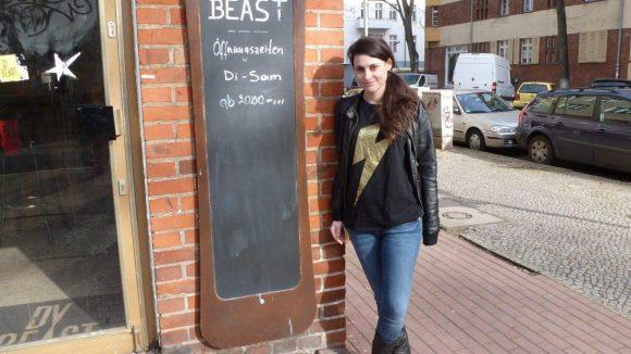Hier steht Julia Becker in der Innstraße vor einer ihrer Lieblingsbars.
