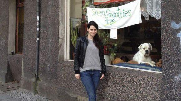 """Julia Becker mag die spezielle Neuköllner Mischung: In der Eckkneipe """"Stammtisch"""" gibt es jetzt auch Green Smoothies. Und der Hund ist auch echt."""