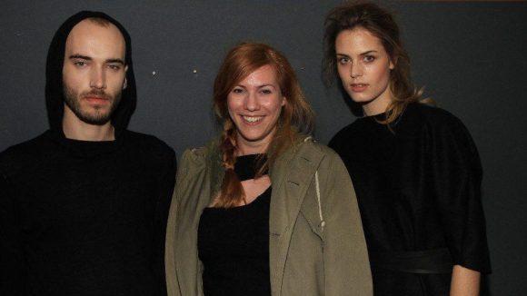 Designerin Julia Heuse (Mitte) mit zwei der Models.