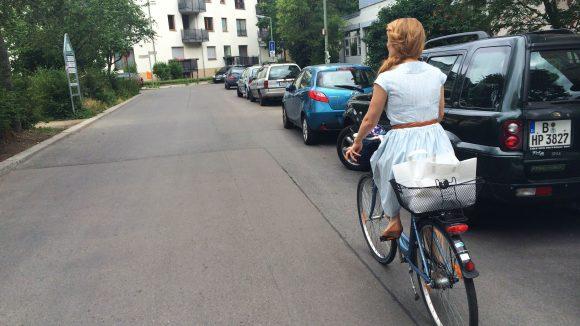 Auch auf dem Zweirad macht die Sängerin und Schauspielerin eine gute Figur.