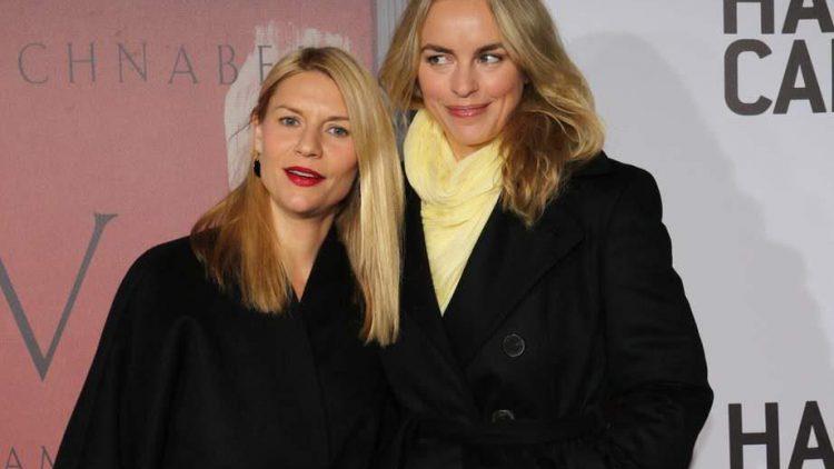 """Für die Vorstellung des Faksimiles von """"CVJ"""" ließen sich Hollywood-Schauspielerin Claire Danes (links) und ihre erfolgreiche deutsche Kollegin Nina Hoss einen Abstecher in die Paris Bar nicht nehmen."""