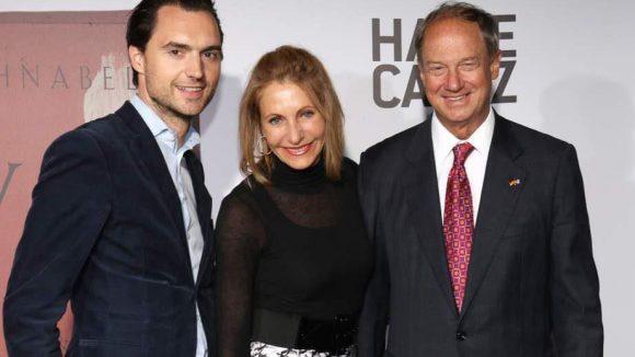 Hatje Cantz-Verlagschef Thomas P. J. Feinen (links) und der US-Botschafter John B. Emerson mit Frau Kimberley.