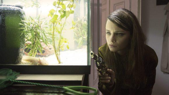 Mifti (Jasna Fritzi Bauer) Auge in Auge mit einem Axolotl. Die Buchverfilmung von Hegemann startet am 29. Juni in den Kinos.