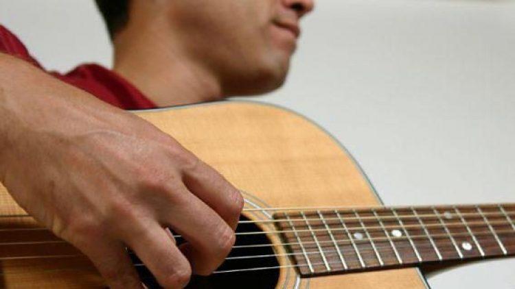 In der Jungen Kirche Treptow gibt's zum Gebet handgemachte Gitarrenmusik auf die Ohren.