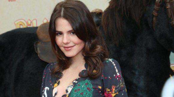 Ruby O. Fee spielt im Film Sophia von Gelenberg, die sich Tinas Freund Alex angeln will.