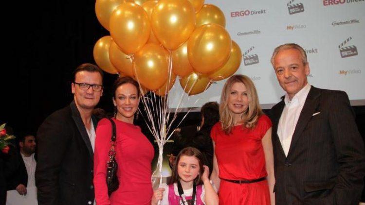 """Jury-Mitglieder zusammen mit der achtjährigen Emma, der Hauptdarstellerin des Gewinner-Films """"Wenn Wünsche fliegen""""."""