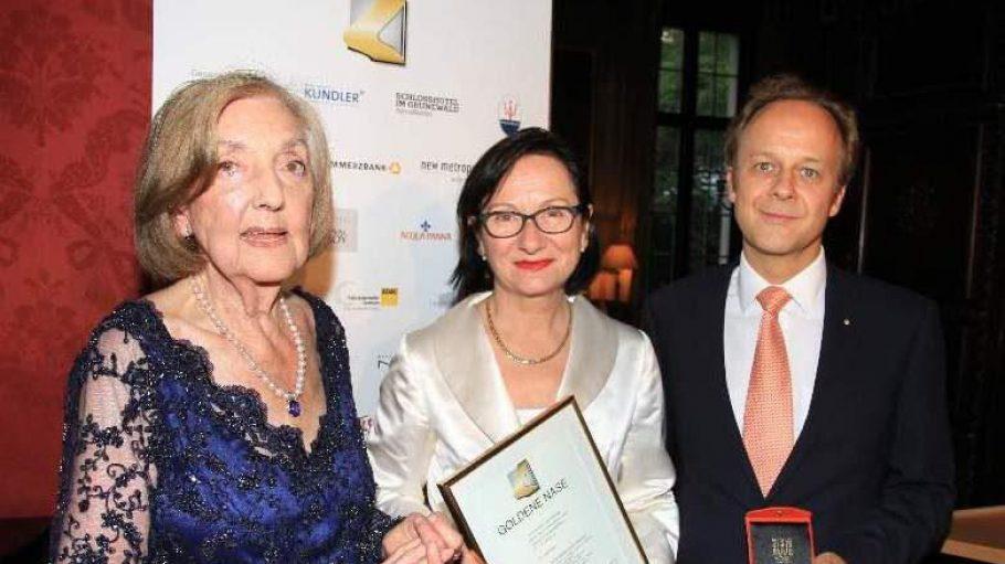 Mit Goldener Nase: Ali Thompson. Links Juryvorsitzende Ruth Haber; rechts Lutz Reuer, der die goldene Anstecknadel entworfen hat.