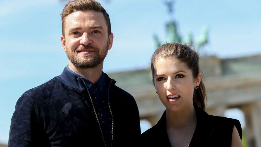 Justin Timberlake und seine Schauspiel-Kollegin Anna Kendrick bei sommerlichem Wetter vor dem Brandenburger Tor.