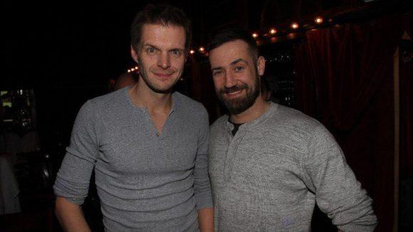 Lustige Männer unter sich: Kabarettist Florian Schröder (links) und Moderator/Sänger Bürger Lars Dietrich.