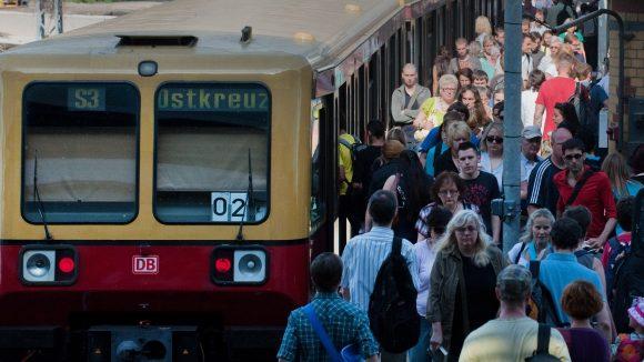 Gedränge am Ostkreuz: Seit Dienstag machten die Folgen eines Kabelbrands den regulären S-Bahn-Verkehr unmöglich. Nun verlagern sich die Probleme in den Süden der Stadt.