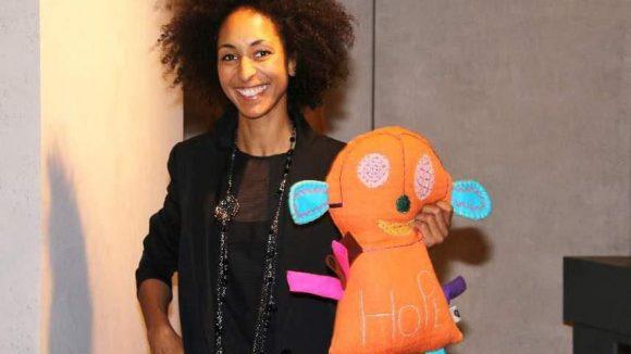 Kady Taylor aus dem Shop mit einer der Vogue-Charity-Püppchen.