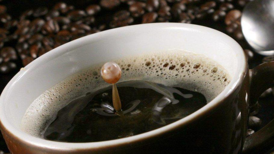 Sabuha Salaam deuted aus dem Kaffeesatz die Zukunft.
