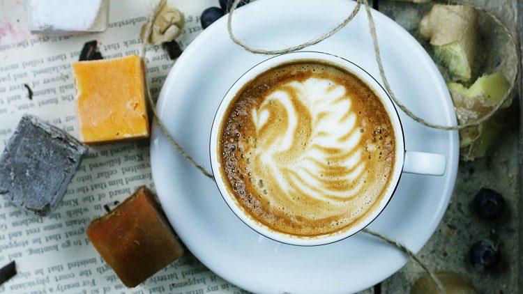 In diesen Cafés in Moabit kannst du es dir schön gemütlich machen.