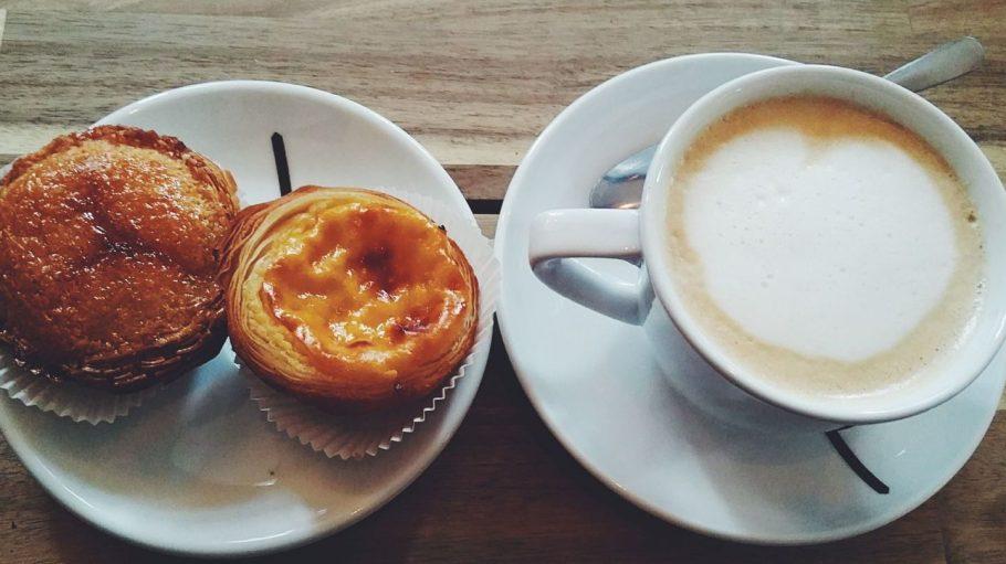 Pastel de Nata links: die Kokosvariante, rechts das Original. Beide zusammen: Sonntagnachmittagsvergnügen pur!