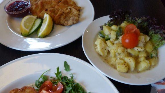 ...oder Wiener Schnitzel vom Kalb mit Kartoffel-Gurken-Salat.