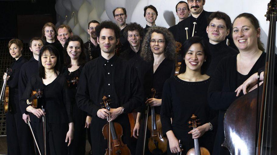 Die Kammerakademie nimmt Schubert in den Teldexstudios auf. Hier posieren sie in ihrem Bühnenensemble.