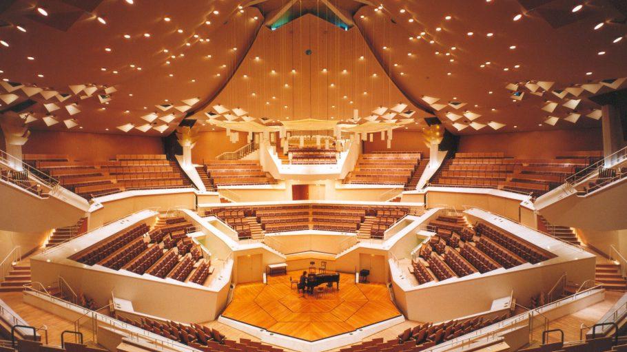 """Das neue Projekt """"Performing Arts"""" ermöglicht es jedem mit Internetzugang, einmal ungestört durch den Kammermusiksaal der Philharmonie Berlin zu spazieren."""