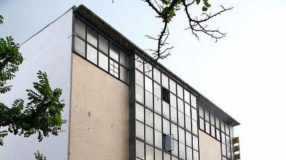Das bunkerartige Gebäude beherbergt heute Werkstätten.