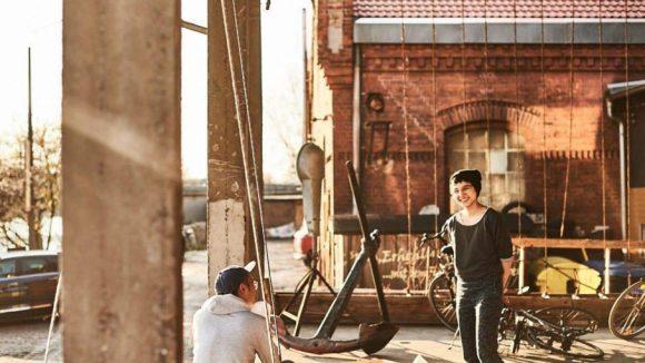 Auf der sonnigen Terrasse der Kreativen Arbeitsgemeinschaft Oberschöneweide hat man viel Platz zum Arbeiten und Feiern. Blick auf die Spree inklusive.