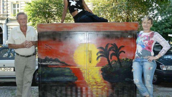 """Karibik in Kreuzberg. Der Verein """"mog 61- Mittenwalder ohne Grenzen"""" nimmt sich graue Stromkästen vor und malt sie an."""