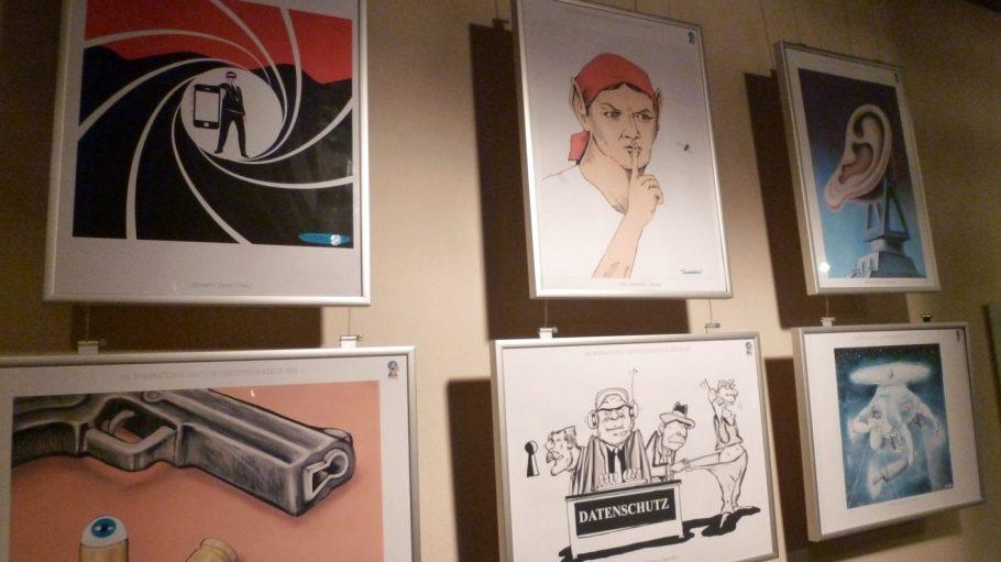 """Einige Bilder des diesjährigen Karikaturwettbewerbs zum Thema """"Spionage""""."""