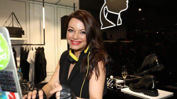 Zur Eröffnung des neuen Karl Lagerfeld Men's Store in der Friedrichstraße darf es auch mal ein Promi wie Cosma Shiva Hagen als DJ(ane) sein. Ist ja auch nicht so schwer mit Laptop.
