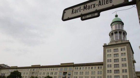 Die Karl-Marx-Allee und das Frankfurter Tor waren Aushängeschilder des sozialistischen Nachkriegs-Städtebaus - so wie das Hansaviertel etwas später im kapitalistischen Westen.
