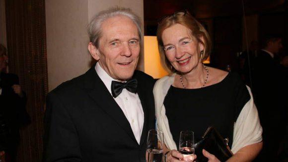 Prost! Der bekannte Neurologe und Vorstandsvorsitzender der Charité Karl Max Einhäupl mit seiner Frau.