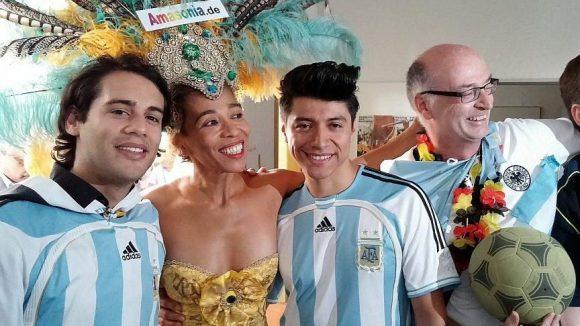 Seit 18 Jahren ist Sonia de Oliveira von der Gruppe Amasonia bereits beim Karneval dabei. Hier ist sie mit einigen anderen Teilnehmern zu sehen, die sich offenbar schon auf die Fußball-WM freuen.
