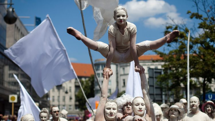 Beim Karneval der Kulturen sind jedes Jahr viele bunt gekleidete und bunt geschminkte Teilnehmer unterwegs.