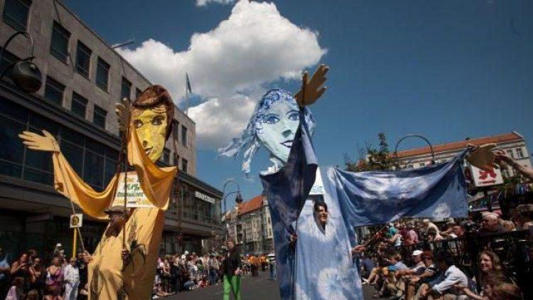 Fantasievolle Verkleidung mit Botschaft beim Karneval der Kulturen in Kreuzberg - wohl auch 2015.