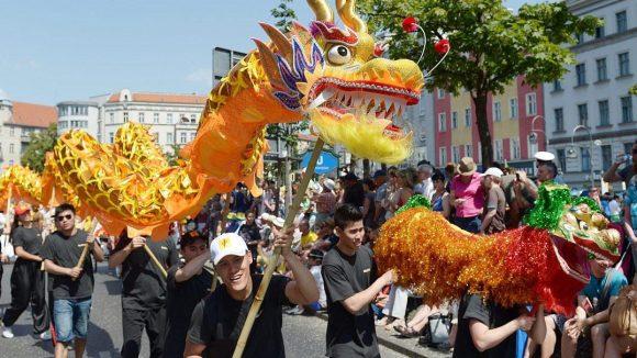 So fröhlich soll es auch 2015 wieder zugehen: Der Karneval der Kulturen ist gesichert.