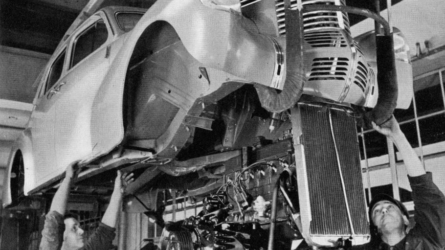 Zwei Männer arbeiten an einer Karosserie - so sah der Automobilbau nach dem 1. Weltkrieg in Wilmersdorf aus.
