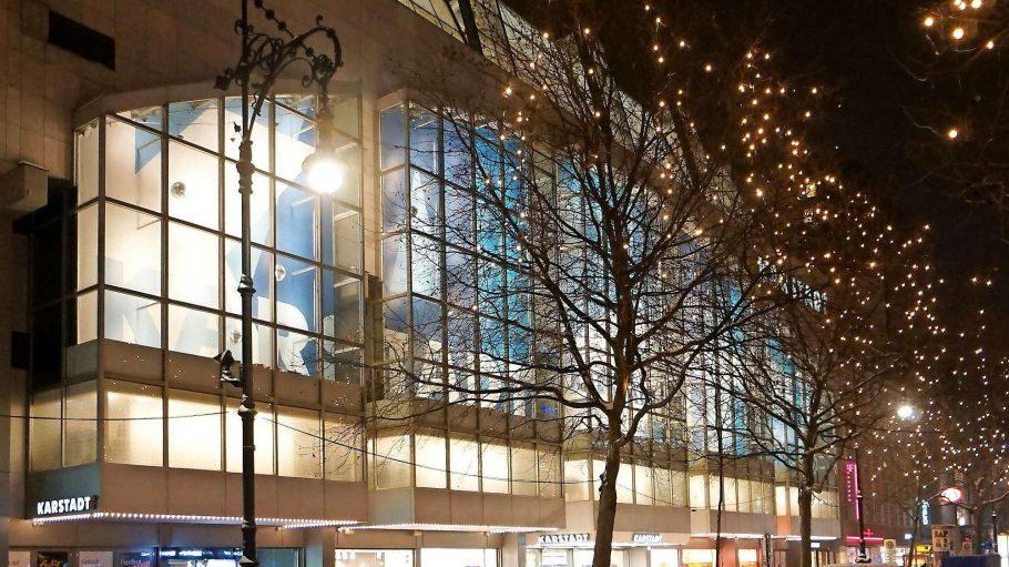 Das Karstadt-Warenhaus am Kurfürstendamm bleibt stehen, soll als Teil des Centers aber eine neue Fassade bekommen.