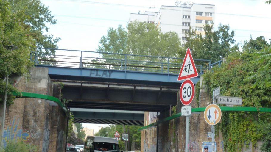 Kaskelkiez - Im Hintergund lugen die Hochhäuser der Schulze-Boysen-Straße hervor.