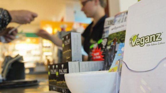 Bei Veganz gehen nur tierfreie Produkte über den Ladentisch. Rund acht Prozent der Bundesbürger leben dem Vegetarierbund Deutschland (VEBU) zufolge vegan.