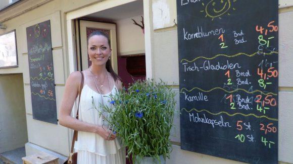 Gegenüber Kates liebster Blumenladen im Kiez: der Blumenjäger. Nur drei oder vier Blumensorten werden hier pro Woche angeboten.