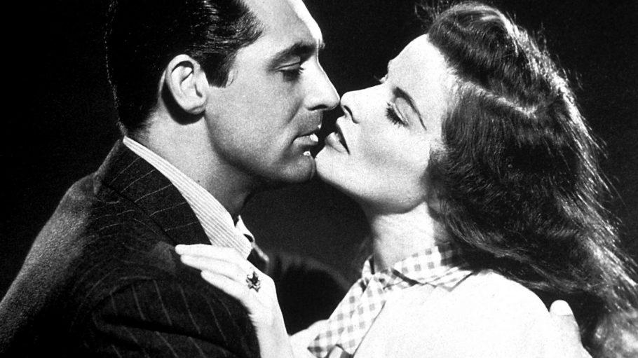 "Hollywood-Star Katherine Hepburn in einer Kussszene mit Cary Grant (""The Philadelphia Story"") aus dem Jahr 1940."