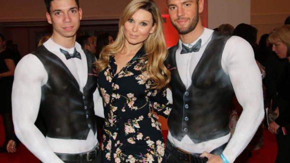 Bachelor-Teilnehmerin Katja Kühne mit zwei auffällig gekleidete Herren.