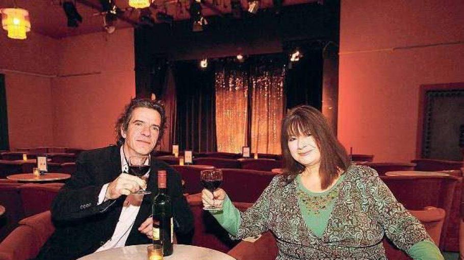 Gläschen aufs Jubiläum. Katja Nottke und Nicolai Preiß in ihrem Theater am S-Bahnhof Lichterfelde-Ost. Auf der Bühne spielen sie mit ihrem Schauspieler-Ensemble einen Mix aus Chanson- und Kabarettprogrammen, Musical, Komödie und Volkstheater.