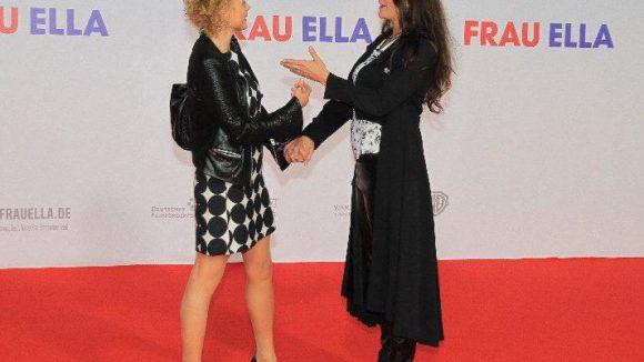 Welche Szene wird denn da nachgestellt? Katja Riemann (l.) sucht mit Regisseurin Katja von Garnier nach der richtigen Pose.