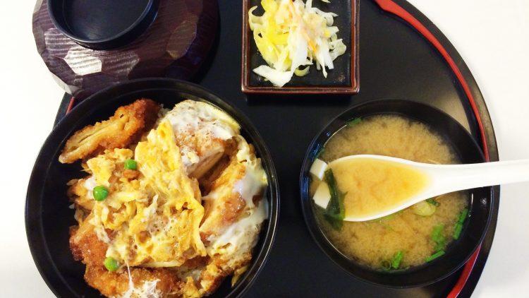 Knuspriges Schnitzel, ein halbgares Ei und Reis sind die Zutaten für ein Katsudon. Im Daruma in Wilmersdorf kommt noch eine Misosuppe dazu aufs Tablett.