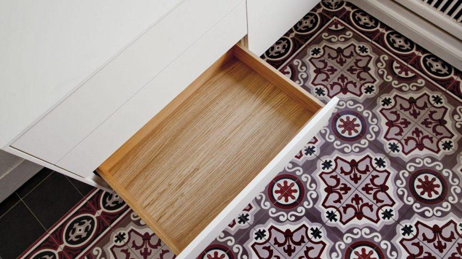 Schöne Überraschung: Beim Öffnen der kühl-weißen Türen und Schubladen wird das warme, rustikale Eichenholzfurnier im Inneren sichtbar.